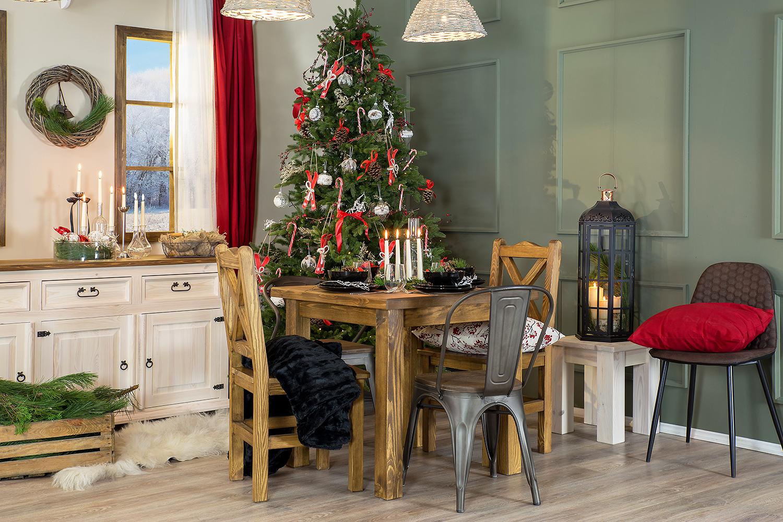 sosnowy stół i komoda w salonie z choinką 082
